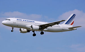 An Air France Airbus A320-200 landing at Londo...