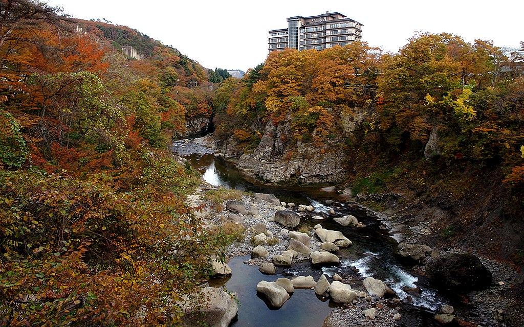 https://upload.wikimedia.org/wikipedia/commons/thumb/d/d1/Akiu_spa_Hotel_zuiho_2008.jpg/1024px-Akiu_spa_Hotel_zuiho_2008.jpg