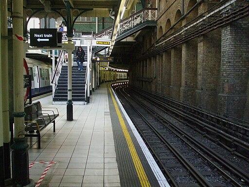 Aldgate station anticlockwise Circle platform 4 look south