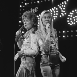 Anni-Frid Lyngstad and Agnetha Fältskog at The Eddy Go Round Show 1974.png