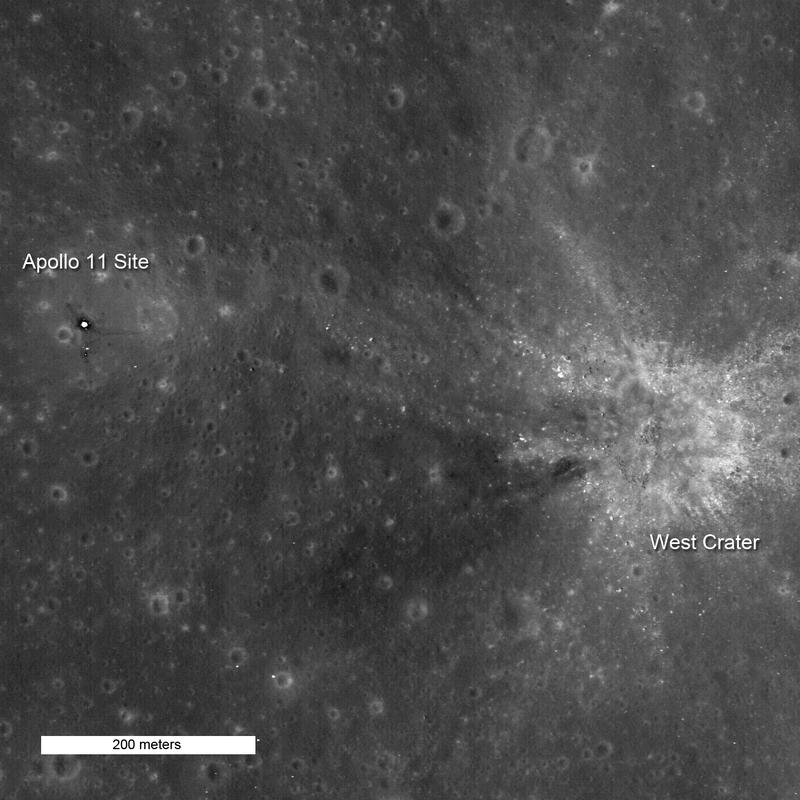 จุดลงจอดของยานอะพอลโล่ 11 บริเวณหลุมอุกกาบาตที่ชื่อ 'แมร์ ทรานคูลิทาติส'  (Mare Tranquillitatis) ถ่ายเอาไว้โดยยานหุ่นยนต์ LROC (Lunar Reconnaissance Orbiter Camera) ภาพโดย NASA