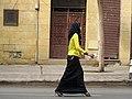Arabische vrouw loopt op straat in Caïro, -27 december 2008 a.jpg