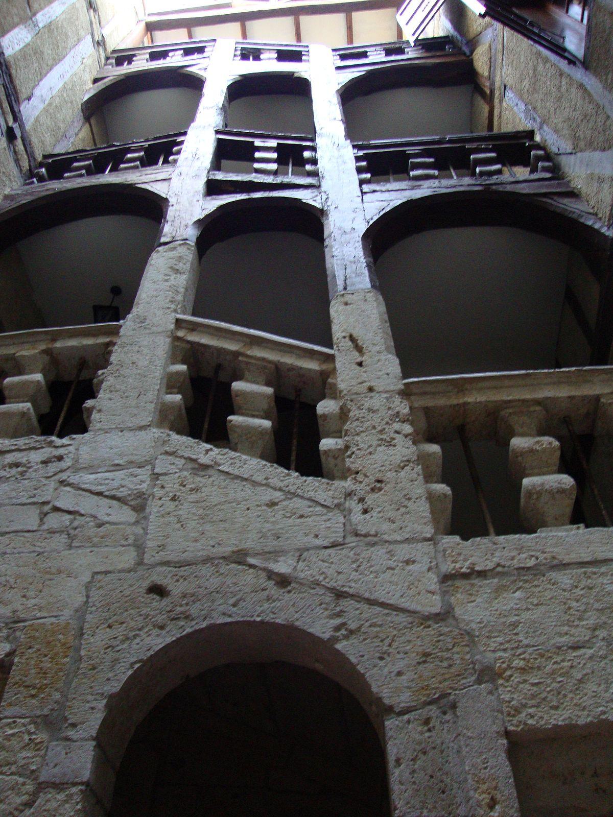 Escalier Dans La Maison file:auch (gers, fr) escalier de la maison henri iv