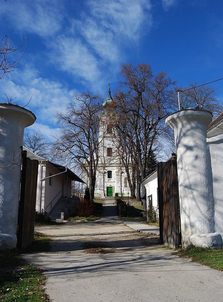 https://upload.wikimedia.org/wikipedia/commons/thumb/d/d1/Bakonycsernye%2C_Evang%C3%A9likus_templom_-_panoramio.jpg/755px-Bakonycsernye%2C_Evang%C3%A9likus_templom_-_panoramio.jpg
