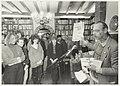 Boekhandel H.de Vries. Op de foto presenteert Simon Vinkenoog het Loesje-dagboek Een geweldige meid. NL-HlmNHA 54015480.JPG