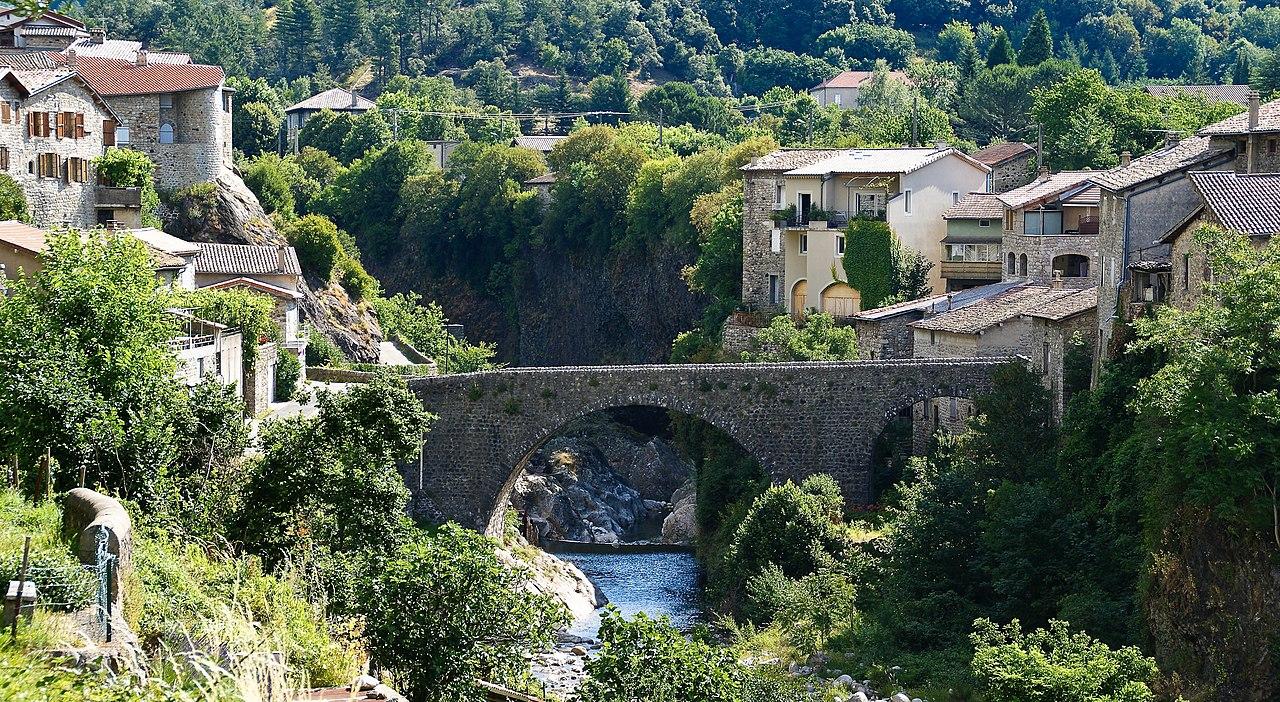 Pont romain sur le Lignon, à Jaujac, en Ardèche (France).  (définition réelle 2800×1535)