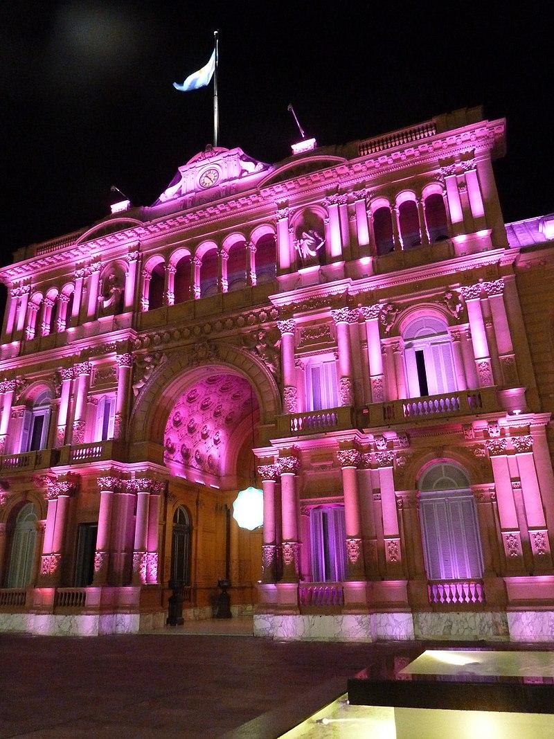 https://upload.wikimedia.org/wikipedia/commons/thumb/d/d1/Buenos_Aires_-_Monserrat_-_Arco_sobre_Balcarce_de_Casa_Rosada_nocturna.JPG/800px-Buenos_Aires_-_Monserrat_-_Arco_sobre_Balcarce_de_Casa_Rosada_nocturna.JPG