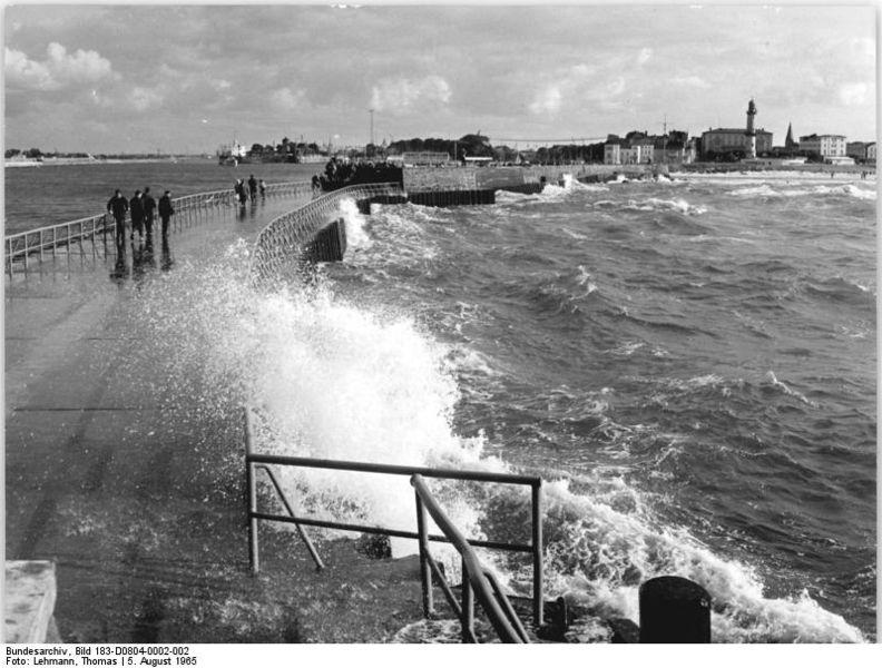 File:Bundesarchiv Bild 183-D0804-0002-002, Warnemünde, Mole.jpg