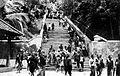 COLLECTIE TROPENMUSEUM Begrafenis van Z.V.H. Pakoe Boewono X Soesoehoenan van Solo. Na de bijzetting lopen toeschouwers terug over de lange trap die naar de heuveltop van Imogiri voert TMnr 10003254.jpg