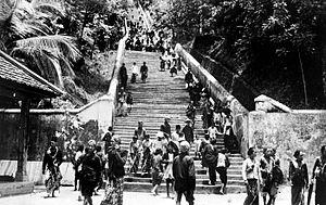 COLLECTIE TROPENMUSEUM Begrafenis van Z.V.H. Pakoe Boewono X Soesoehoenan van Solo. Na de bijzetting lopen toeschouwers terug over de lange trap die naar de heuveltop van Imogiri voert TMnr 10003254