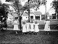 COLLECTIE TROPENMUSEUM Portret van een groep Europese meisjes met een springtouw in de voortuin van een woonhuis aan de Tjelaket in Malang TMnr 10023866.jpg
