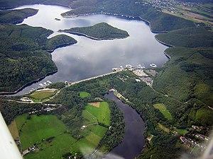 Luftaufnahme von Rurtalsperre Schwammenauel (Staudamm) und Rursee (Stausee) mit Halbinseln am Tonsberg (linke Bildmitte) und Eschauel (hinten rechts) sowie Insel Eichert (Bildmitte)