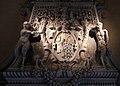 Camino di maestranze nord-lombarde del 1590 ca, con mostra in stucco ddella bottega retti di laino intelvi del 1620 ca. 02 stemma castiglioni.jpg