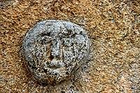 Cara esculpida a la façana de l'Església Parroquial de Santa Coloma - Arsèguel -.jpg