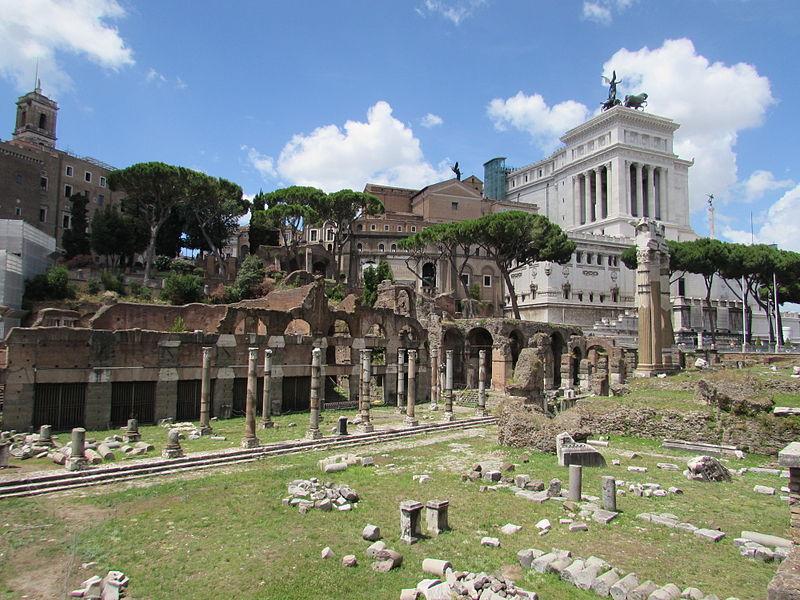 Vue sur les forums impérieux, un des monuments à visiter lors de votre visite de Rome - Photo de Cezar Suceveanu