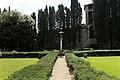 Casagrande dei serristori, giardino, colonna con la croce 01.jpg