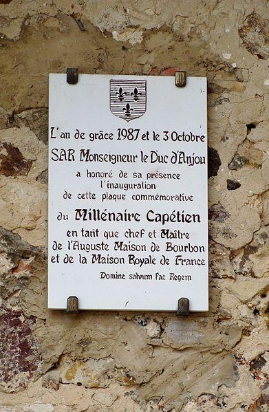 Château de Béthune, La Chapelle d'Angillon (Cher). Stèle commémorative du Millénaire Capétien apposée en 1987.