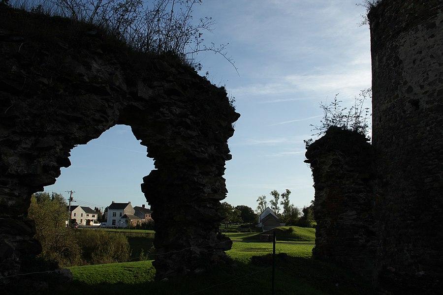 Détail des ruines du mur Sud (vu depuis l'intérieur de l'enceinte).