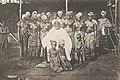 Chef de village et ses femmes (Guinée).jpg