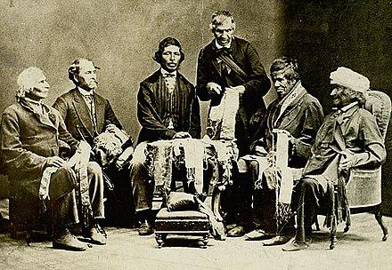 Chefs amérindiens des Six-Nations à Brantford, Canada, montrant leurs ceintures de wampum à Horatio Hale, le 14 septembre 1871.