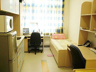 「宿舍型公屋」是大致參考「大學宿舍」的模式,提供一個已包括床、桌、椅、衣櫃等基本家具的房間,其他大多數則為共用設施。 (圖片:Stewart@Wikimedia)