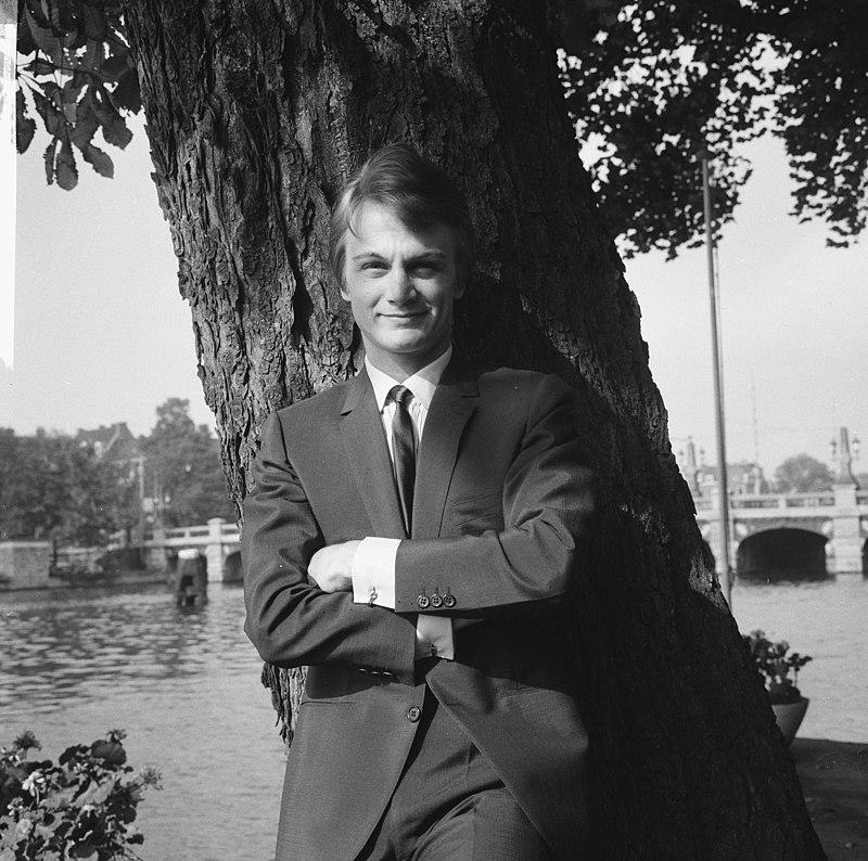 Le chanteur français Claude François a donné une conférence de presse dans le jardin de l'Amstelhotel | Photo : Wikimedia.