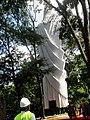Cristo Salvador de Sertãozinho, em construção. Içamento para o pedestal da estátua do Cristo que pesa 40 toneladas e mede 18 metros de altura em 24 de abril de 2013 às 11.45. A grandiosa obra foi feit - panoramio.jpg