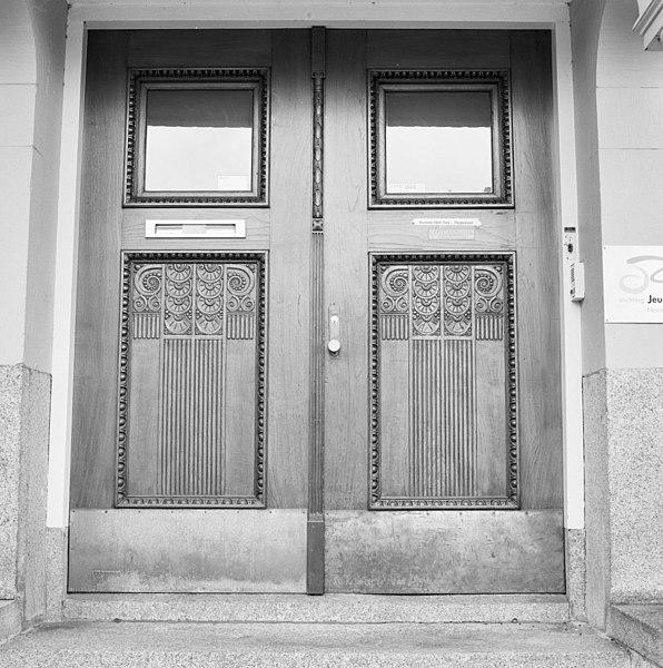 File detail voorgevel kantoorgebouw ingangsportaal met bewerkte dubbele deuren oss 20341236 - Voorgevel met dubbele huid ...