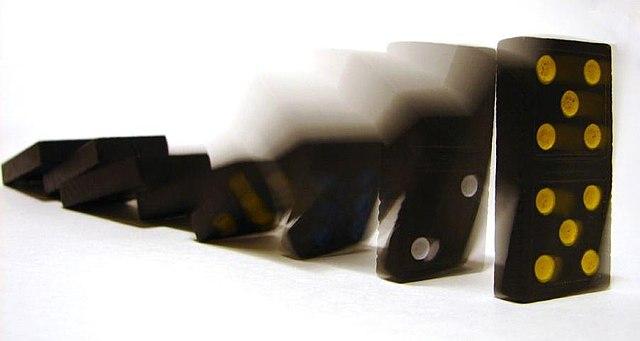 Kausaler Zusammenhang zwischen den fallenden Dominosteinen image source