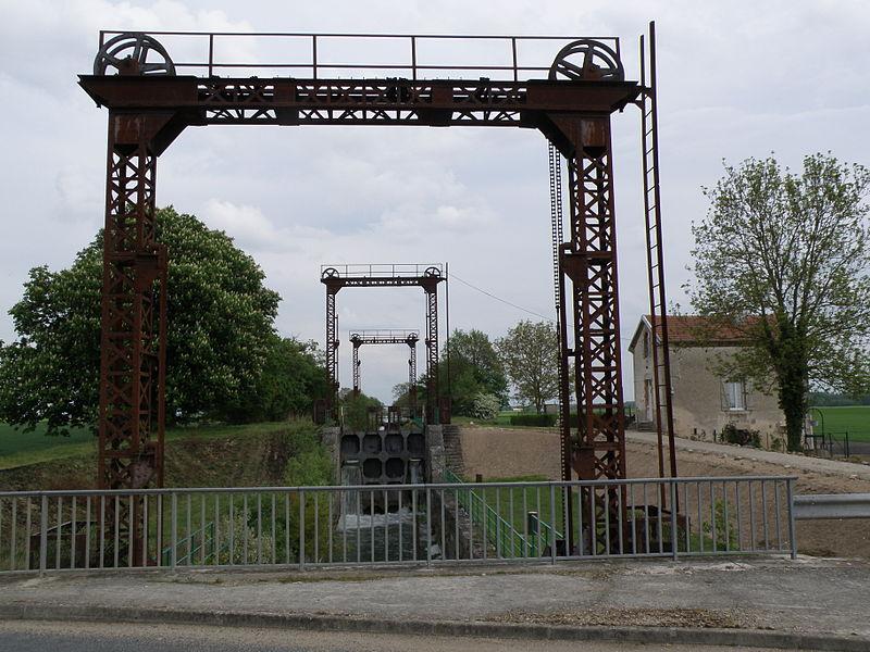 Écluse de Saint-Just sur le canal de la Haute-Seine. 51260 Saint-Just-Sauvage