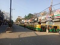 Auto rikša uvízla před zavřenými obchody v Dillí