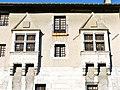 Fenêtres médiévales sur la façade du château de Chambéry (2017).JPG