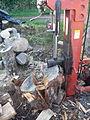 Fendeuse à bois hydraulique en fonctionnement.jpg
