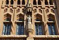 Finestres i escultura a la façana de l'asil d'ancians, Sueca.jpg