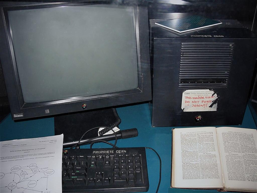 Tim Berners-Lee montó el primer servidor web de la historia en un NeXT, un ordenador desarrollado por Steve Jobs. En la parte inferior izquierda de la imagen, puedes observar este documento, impreso.