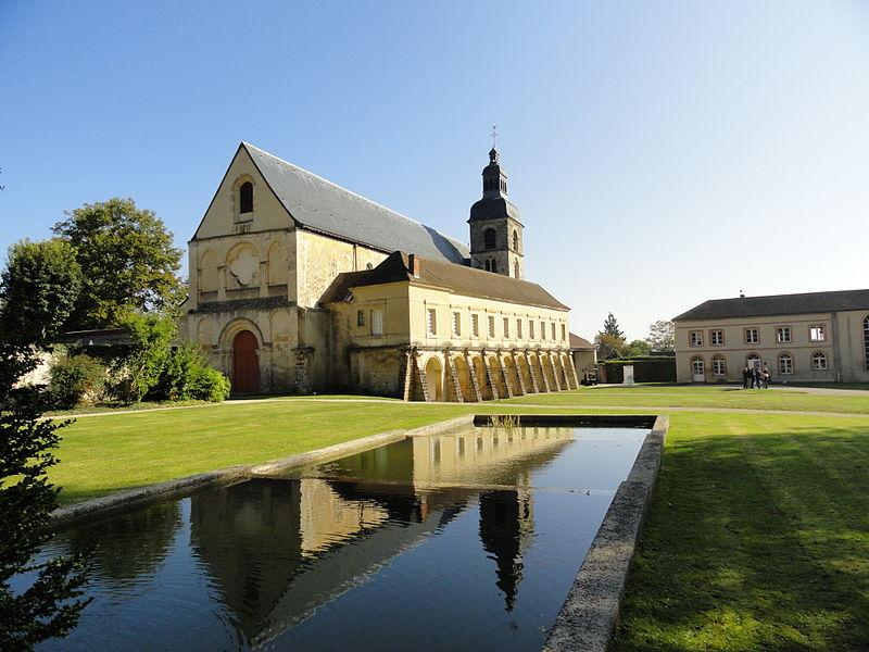 Vue de l'église abbatiale et de l'ancien cloître de l'abbaye depuis la fontaine Saint-Nivard.