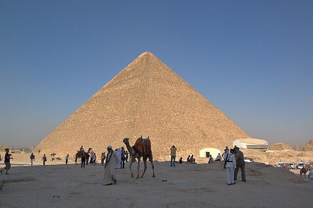 胡夫金字塔,又名吉萨大金字塔 via 维基百科