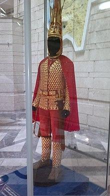 Иссыкский золотой человек Википедия Парадный доспех сакского царя из золотой чешуи на кожаной основе являющийся стилизованным доспехом катафрактия