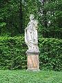 Großharthau, Park (weibl. Sandsteinstatue mit Kranz, rechts mittig).JPG