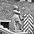 Grote portaal, beeldje rechts van opgang - 's-Heerenberg - 20105725 - RCE.jpg