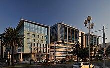 Vue d'un bâtiment moderne à façade de verre.