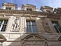 Hôtel de Sully Place des Vosges Paris (détail façade).jpg