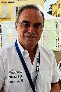 Photographie d'un homme vêtu d'une chemise blanche