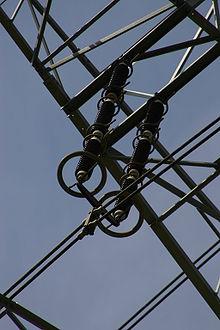 Isolatori montati su una linea ad alta tensione