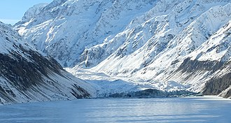 Hooker Glacier (New Zealand) - Hooker Glacier in winter, behind frozen Hooker Lake