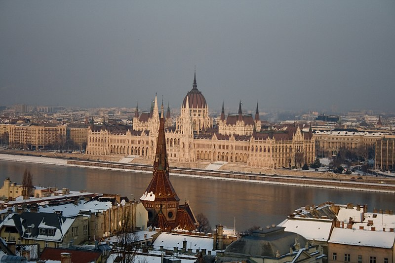 Datei:Hungarian Parliament Building from Castle Hill, Budapest panorama01.jpg