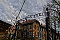 Ingång till Auschwitz I, april 2014.jpg