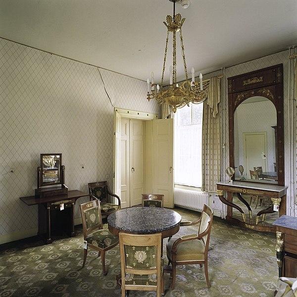File interieur overzicht van de ruimte flat 3 genaamd met meubilair wandspiegel en - Meubilair van de ingang spiegel ...