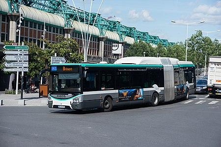 Iveco Urbanway 18 Hybride 5055 RATP, ligne 143, La Courneuve.jpg