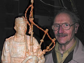 John Weaver (artist) - John Weaver with a Piper Richardson statue model, circa 2003